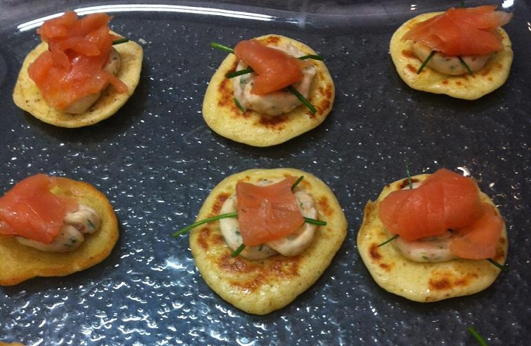 Blinis maison, crème au fromage frais citronnée et saumon fumé