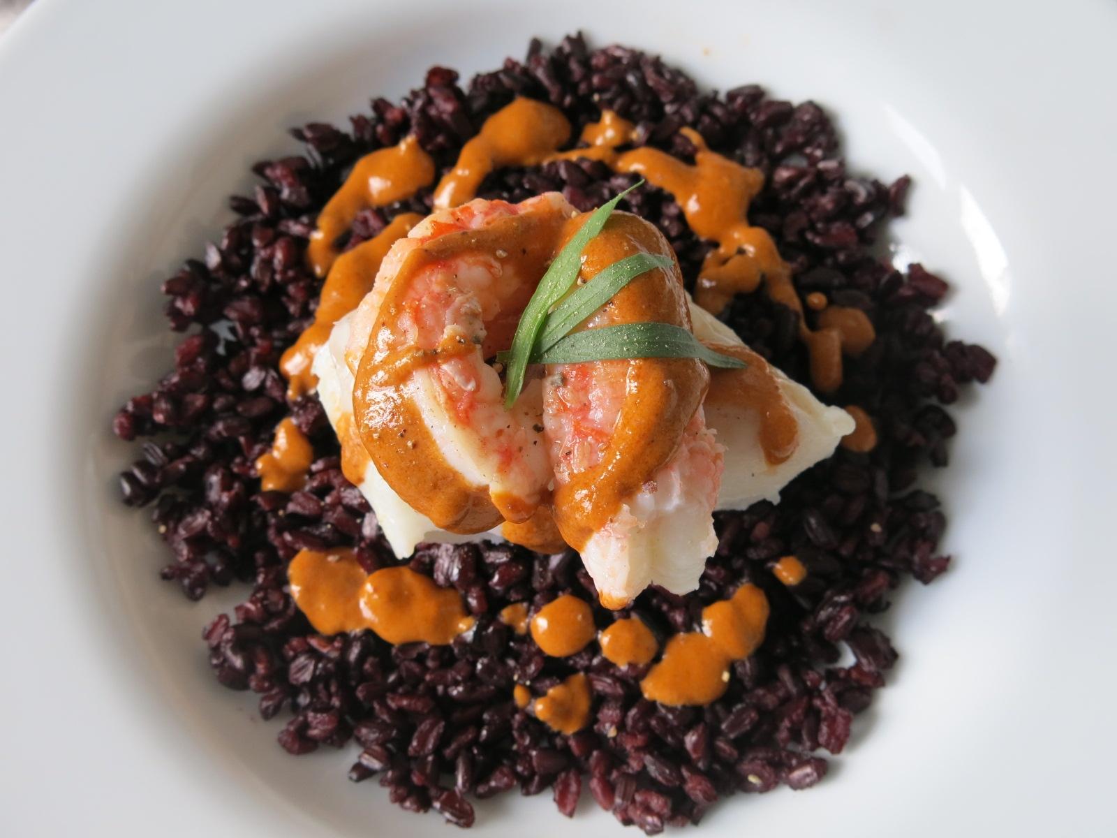 Dos de cabillaud, langoustines et sa douce bisque, riz noir