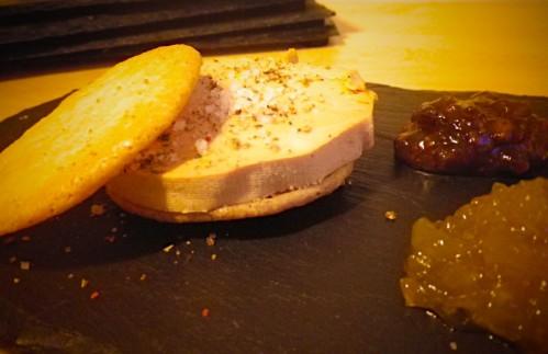 Macaron au foie gras, compotée d'oignons et confiture de figues