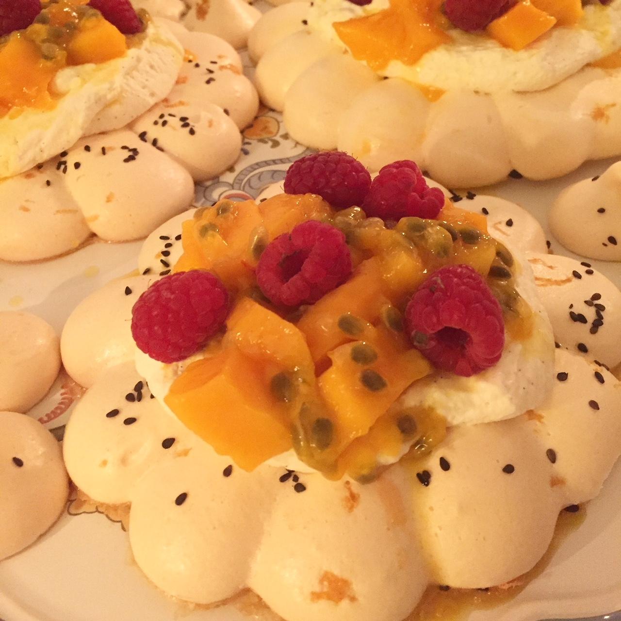 Pavlova à la crème légère et aux fruits exotiques