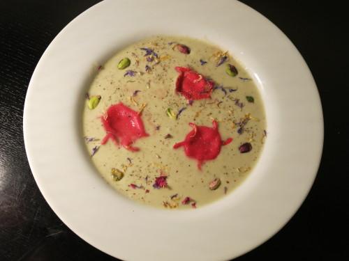 Le ravioli rose au bleu fait trempette dans de la courgette !