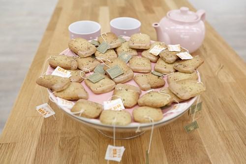 Biscuit Sachet de thé au Jasmin et glaçage au caramel