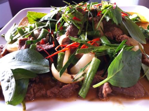 Boeuf au curry rouge, feuilles de bergamote, haricot et piment