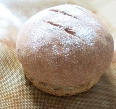 Du bon pain tout chaud : mélange de farine blanche, complète et de seigle !