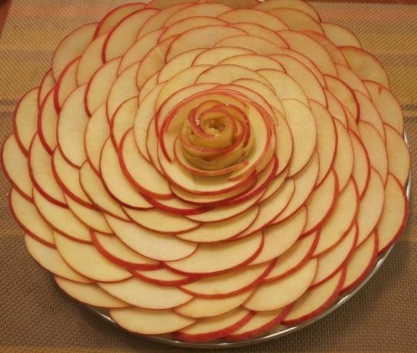 Rose tarte aux pommes et coulis de caramel au beurre salé