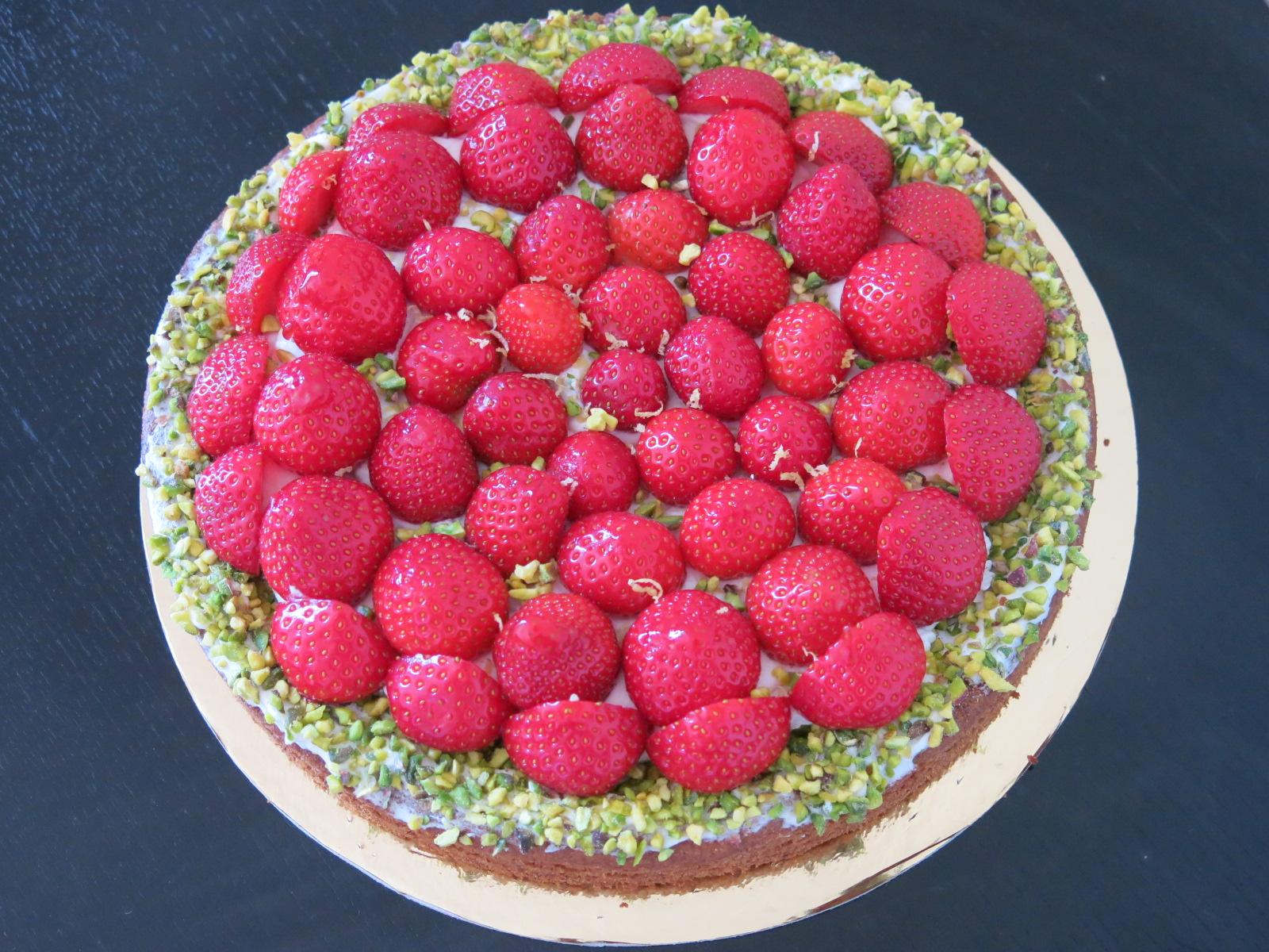 Tarte aux fraises : Sablé breton, crème légère et pistaches concassées